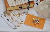 유럽 아메리카 스타일 쥬얼리 레이디 여성 티타늄 강철 새겨진 v 이니셜 매력 필수 V 편지 목걸이 팔찌 귀걸이 M63197