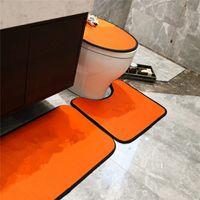 Cubierta de asiento de inodoro de tres piezas Classic Letra Colinas de piso Moda Cubierta de inodoro Pases de baño Soportes de baño Suave Apartadero antideslizante
