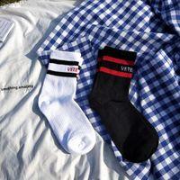 Подросток студент хип-хоп стиль белые черные длинные головы буква вышивка спортсмены теплые ноги нагревательные носки