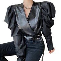 Chaqueta de cuero con cuello con cuello con cuello en V retro camisetas de cuero con cordones de encaje femenino camisa corta tops recortados de otoño primavera negro blusa chica f1211