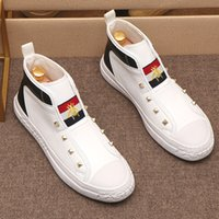 Neue Stickerei Männer Mode Beiläufige Schuhe Schwarz / Weiß Glitter Freizeit Slip auf Nieten Müßiggänger Schuhe Mann Party Jäten Kleid Schuhe