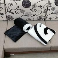 Popular Black e Branco Coral Pilha Cobertor Manta Lã Lança Sofá / Cama / Plano Viagens Preencs Cobertor de Toalha 130cm e 150cm 2 Tamanho VIP Presente