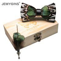 Lazos de arco Jemygins 2021 Diseño original Novedad Men's Feather Tie Green Stitching Caja de regalo Conjunto Cumpleaños de la boda