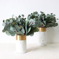 Guirnaldas de flores decorativas Hojas artificiales verdes Grandes plantas de hoja de eucalipto grande Material de la pared Falso para la tienda de la casa Decoración de la fiesta de jardín 42 cm