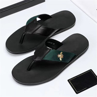 2021 Moda Negro Sandalias suaves Sandalias de cuero Mules Abejas Summers Slide Slide Slippery Sandalias de cadena plana ancho T-Bar Casual Beach Slip Sandals con caja