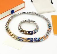 유럽 아메리카 남성 실버 컬러 금속 여러 가지 빛깔 된 에나멜 다이아몬드 새겨진 v 이니셜 체인 링크 패치 목걸이 팔찌 쥬얼리 세트