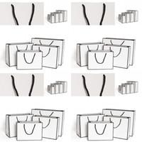 الهدايا الأبيض بطاقة تغليف حقيبة الملابس كرافت أكياس الورق الأزياء تخزين حقيبة التسوق الإعلان البيئية مخصص 1 86GR B2