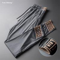 2020 весенний мужской бегун тонкий Drawstring спортивные брюки высокая мода уличная одежда Новый дизайнер joggers повседневные брюки мужчины Y1114