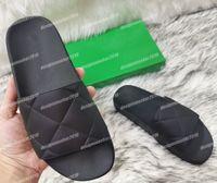 2021 Klassische Frauen Herren Hausschuhe Leder Flip Flops Folien Sommer Strand Gummi Außensohle Männliche Weibliche Hausschuhe Sandalen Reine Farbe Schwarz Weiß