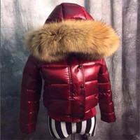Kadın Aşağı Ceket Kalınlaşma Kısa Aşağı Parkas 100% Gerçek Rakun Kürk Yaka Hood Aşağı Ceket Siyah / Kırmızı Renk