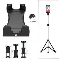 Uso do suporte do braçadeira do suporte do suporte do telefone celular na vara do selfie do tripé e carrinho de tabuleta retrátil do monopé