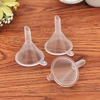 شفافة مصغرة البلاستيك الصغيرة الصغيرة العطور السائل الضروري النفط ملء قمع المطبخ بار أداة الطعام WQ570