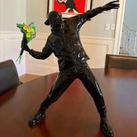2021 Banksy Flower Bomber Harz Figur England Street Art Werfende Blume Skulptur Statue Bomber Polystone Figur Sammlerkunst