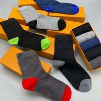 2021'de, yeni erkeklerin ve kadın sporlarının yeni markası pamuk severler lüks tasarımcı erkek çorapları kutusu ile mevcuttur.