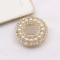 Vintage Retro Brand Designer C Lettere Crystal Strass Brooch Famoso Round Pearl Diamond Brooches Pin Charm Donne Gioielli Abbigliamento Decorazione di alta qualità