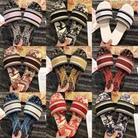 2021 Paris Femmes Scuffs Pantoufles Belles Chaussures Sandales Été Sandales de plage Pantoufles Dames Dames Flip Flop Mocassins Sexy Floral Navy Broïde