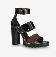 Mulheres mais recentes Sandálias de couro Star Trailer Designer Lady Ankle Strap Strap Strap Buckle Letter Impresso Salto Chunky Passado de Borracha Sandália
