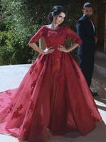 2021 라인 Burgundy Bridal 가운 레이스 고딕 양식의 무슬림 웨딩 드레스 짧은 소매 랩 층 스커트