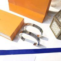 Designer di lusso Bangle Lover Jewelry Smalto in acciaio in titanio intagliato V Lettera Fashion Semplice Uomo e donna Accessori regalo Accessori