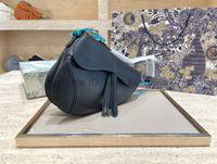 2021 Classic Luxurys Designer Bolsas Mulheres Saddle Moda Sacos Simples Letra Letra Genuine Couro Metálico Artwork Lady Cross Body Bolsas