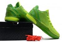 """Este 6 Protro """"Grinch"""" Basketball Shoes retorna 2021 Vem vestido em uma combinação de cores de volt verde superior com swooshes negros nas laterais e línguas carmesim de marca!"""