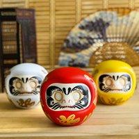 Céramique japonaise de 4 pouces Daruma Daruma Poupée chanceuse Fortune Ornement Money Box Boîte De Tabletop Feng Shui Craft Accueil Décoration Cadeaux