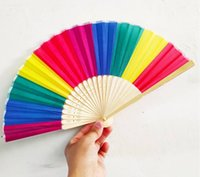 Neue Ankunft Chinesische Art Bunte Regenbogen Falten Hand Fan Party Favors Hochzeit Souvenirs Giveaway für Gast DWA8857