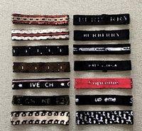 Mehr als 18style luxus marke designer stirnbänder frauen männer rot schwarz weiß streifen letter drucken elastische stirnband mode sport turban kopfwraps haarschmuck