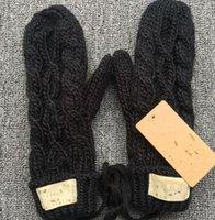 Diseñe guantes para mujer para invierno y otoño Guantes de mitones de cachemira con bola de piel encantadora. Guantes de invierno cálido 560