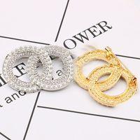 All'ingrosso designer di marca rotondo doppia lettera oro argento perla spilla da donna perla rhinestone lettera spilla tuta laple pin gioielli di moda accessori
