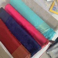 여성 패션 양모 부드러운 shawls 삼각형 랩 목도리를위한 고품질 스카프 클래식 골드 및 실버 자카드 스카프