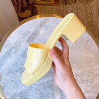 2021 Mujer Slipper Fashion Lady Sandals Playa Playa Fondo grueso Venta Bien Slippers Plataforma Alfabeto Caucho Tacón alto Tobides Zapato