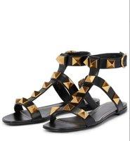 الصنادل الصيفية الكاحل حزام العلامة التجارية الأحذية الرومانية مسمار الصندلات شقة جلد طبيعي ترصيع المرأة الشريحة صندل مصمم الحذاء، EU35-42 مع مربع