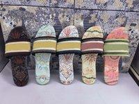 2021 París diseñador desgastador zapatillas agradable verano cuero mujeres sandalias playa diapositivas damas tejer chanclas abriladoras sexy floral color arco iris zapatillas con letras