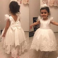 2022 Cute Beaded Flower Girls' Dresses Sleeveless Jewel Neck Tulle Lace Applique Bow Feather Pearls A Line Little Girl Princess Pageant Party Communion Gown vestidos