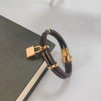 Bracelete de desenhista de couro feminino de joias de luxo com logotipo de marca de coração de ouro em uma moderna bracelete elegante de moda com um presente de férias de motivo de quatro eaef motif