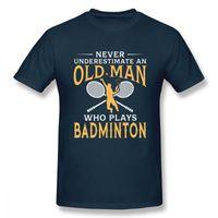 남성용 티셔츠는 남성용 배드민턴을 연주하는 노인을 결코 과소 평가하지 않습니다. 짧은 소매 캐주얼 2021 T 셔츠 탑 디자인 푸크 디자이너