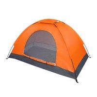 Única pessoa ao ar livre à prova d 'água acampando cúpula tenda
