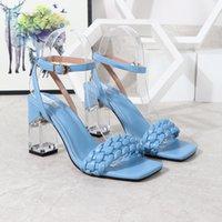 الأحذية الأوروبية وجميلة النساء 2021 صيف جديد أزياء كلمة مشبك كعب سميك الصنادل كريستال أحذية عالية الكعب المرأة