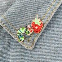 Gullig Caterpillar Jordgubbe Broscher för Kvinnor Guldpläterad tecknad Eymal Lapel Pins Animal Fruit Paint Badges Denim Shirt Xmas Presentväska Tillbehör