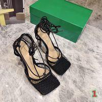 2021 Designer di alta qualità Sandali da donna Sandali estivi Sandali Alti tacchi alti Thin Pizzo Testa quadrata Testa a rete a rete Sandali traspiranti