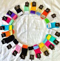 Longues chaussettes pour hommes et femmes Tube de coton Tube de coton toutes saisons Brand respirant de loisirs de plein air chaussettes multicolores double logo mi-veau