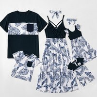 Familj Matchande Strand Semester Outfits Flickor Leaves Printed Dress + Bows Headbands 2pcs Kvinnor Baklösa Suspender Dress Fader Boys Stripe T-shirt Baby Rompers Q0609
