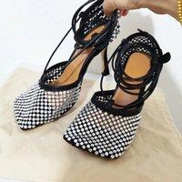 Crystal Diamond Square Toe Mujer Sandalias Neto Diseño Cross Tied Party Pasajes Pista Zapatos de Cuero Real Malla de Aire Tacones Altos Mujer