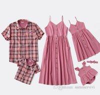 Familj matchande outfits flickor suspender klänningar mamma singel breasted dubbelficka lång klänning baby falbala flyga ärm romer far pojkar plädskjorta q0621