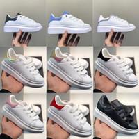 المنتجات الصغار الرضع منتجات الجودة البشولي القطيفة أحذية العجل أنماط ملونة الصقيع عارضة أحذية جلدية بيضاء مع أحذية اسود التفاصيل