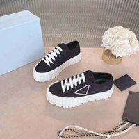 Motocross 타이어에서 영감을 얻은 패션 고무 플랫폼이 나일론 가베르딘 스니커즈의 여성 신발 디자인을 정의합니다. 판매를 위해 로고 삼각형 장식 50 mm 크기의 35-40