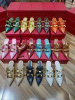 Высококачественные женские моды Новые летние туфли на высоком каблуке заклепают голова половина тапочки пряжки темперамент элегантные заостренные женские сандалии сандалии
