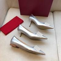 Womens de alta qualidade moda primavera e verão novo calcanhar médio salto plano baotou apontou fivela de metal de couro único sapatos formais sapatos formais
