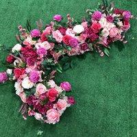 Dekorativa blommor kransar flona rosa ros röd konstgjord blomma lusthus tickback bröllop skylt bord löpare krans bakgrund garland blommig